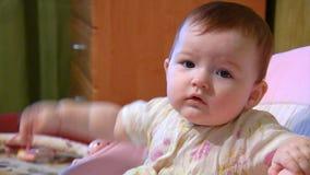 Bébé dans le berceau clips vidéos