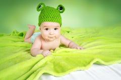Bébé dans le chapeau de grenouille Images stock