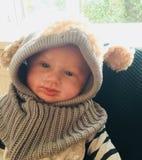 Bébé dans le chapeau laineux photographie stock libre de droits