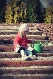 Bébé dans le jardin Images stock