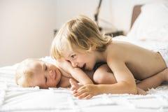 Bébé dans le lit avec son fils de frère photo libre de droits