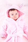Bébé dans le peignoir rose Image stock