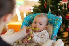 Bébé dans un siège de alimentation, Photos libres de droits