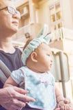 Bébé dans un transporteur de bébé avec le père Photographie stock