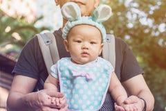 Bébé dans un transporteur de bébé avec le père Images stock