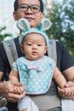 Bébé dans un transporteur de bébé avec le père Photos libres de droits