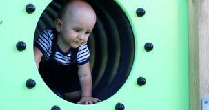 Bébé dans un tunnel de terrain de jeu clips vidéos