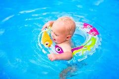 Bébé dans une piscine Photo libre de droits
