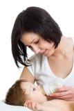 Bébé de alimentation de maman de bouteille Photo stock