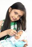 Bébé de alimentation - poupée Photographie stock