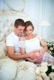 Bébé de attente de famille enceinte heureuse Image libre de droits