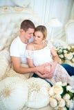 Bébé de attente de famille enceinte heureuse Grossesse et amour pour l'enfant Image libre de droits