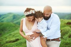 Bébé de attente de jeune famille nouveau Photographie stock