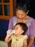 Bébé de Bali Aga avec la grand-maman, Penglipuran, Bali, Indonésie Photo libre de droits
