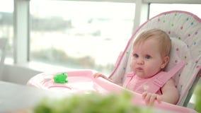 Bébé de beauté mangeant la pomme L'enfant en bas âge a manqué la nourriture de la main Consommation de fruit de bébé clips vidéos