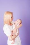 Bébé de bonheur d'amour de maman et de fils Photographie stock libre de droits
