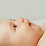 Bébé de curiosité image stock