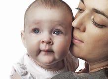 Bébé de fixation de mère Photo stock