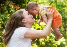 Bébé de fixation de mère vers le haut Image stock