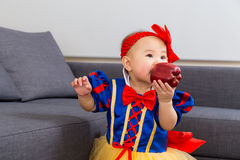 Bébé de l'Asie avec le habillage de partie de Halloween photos stock