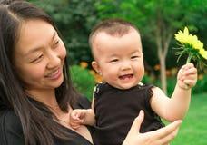 Bébé de levage de mère  Image libre de droits