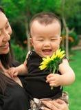 Bébé de levage de mère  Photo libre de droits