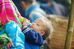 Bébé de minorité ethnique, au vieux marché de Dong Van photographie stock