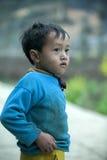Bébé de minorité ethnique au village de Lung Cam Images stock