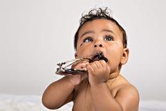 Bébé de 7 mois avec des lunettes de soleil Photo stock