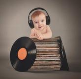 Bébé de musique avec des écouteurs et des disques de partie Images stock