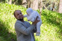 Bébé de nourrisson de jeu d'homme Photos libres de droits