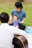 Bébé de parenting de mère et de père sur le parc Photo stock