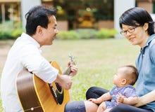 Bébé de parenting de mère et de père sur le parc Image libre de droits