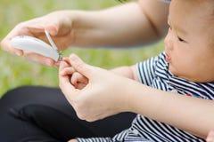 Bébé de parenting de mère sur le parc Photos libres de droits