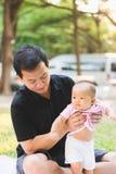 Bébé de parenting de père sur le parc Photos stock