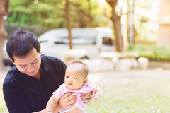 Bébé de parenting de père sur le parc Image stock