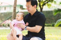 Bébé de parenting de père sur le parc Photos libres de droits