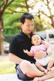 Bébé de parenting de père sur le parc Photo stock