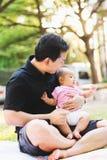 Bébé de parenting de père sur le parc Photographie stock libre de droits