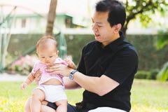 Bébé de parenting de père sur le parc Photographie stock