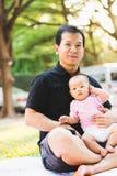 Bébé de parenting de père sur le parc Photo libre de droits