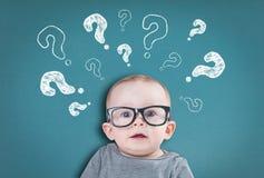 Bébé de pensée avec des questions images stock