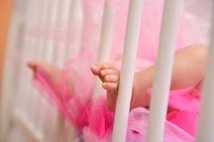 Bébé de pied dans la huche Photo stock