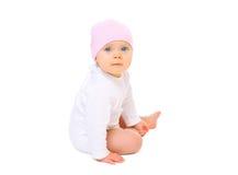 Bébé de portrait dans le chapeau se reposant sur le fond blanc Image stock