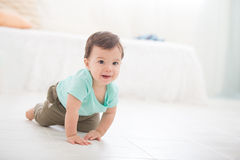 Bébé de rampement Images libres de droits