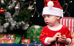 Bébé de Santa regardant le copyspace avec l'arbre et les décorations de Noël Photographie stock libre de droits