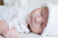 Bébé de sommeil dans le chapeau blanc Images libres de droits