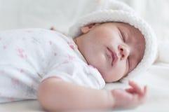Bébé de sommeil dans le chapeau blanc Photo stock