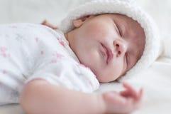 Bébé de sommeil dans le chapeau blanc Image stock