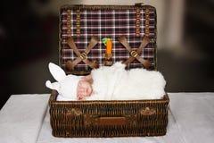 Bébé de sommeil dans un costume d'un lapin Photos stock